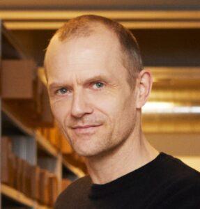 Adan Jon Kronegh - Foredrag - DR - Forsvundne arvinger - E-ntertainment.dk